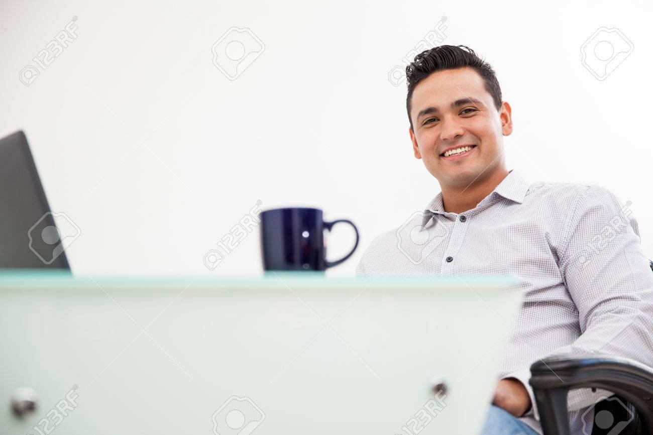 Ufficio In Latino : Ritratto di un giovane uomo latino che lavora nel suo ufficio e