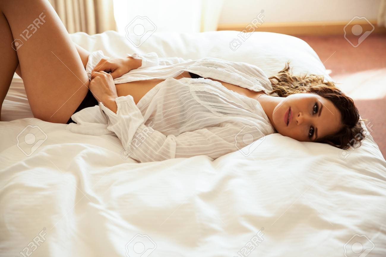 Herrliche Junge Frau In Unterwasche Auf Ihrem Bett Liegen Und Schaut