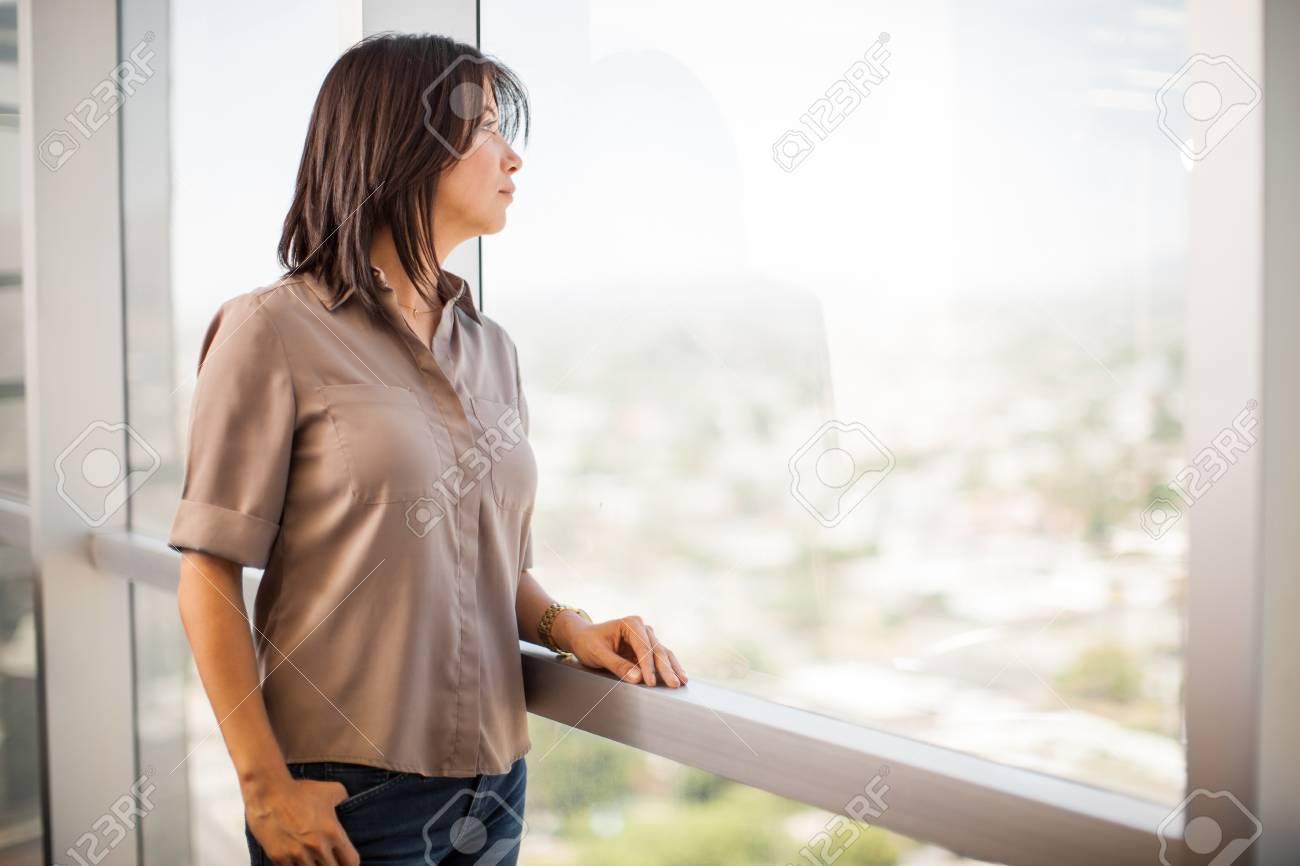 Ufficio In Latino : Piuttosto giovane donna latino di prendere una pausa dal lavoro e