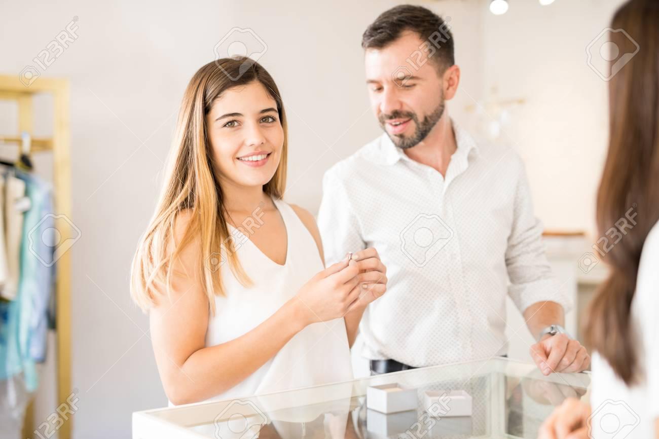 Die Nette Junge Frau Die Verlobungsringe Mit Ihrem Freund An Einem