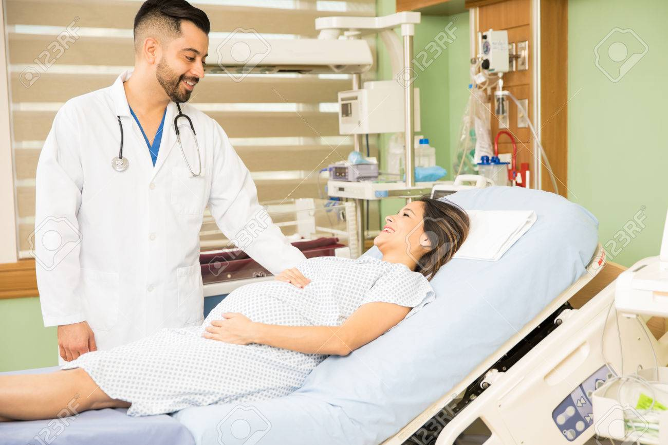 Schöner Junger Obgyn Doktor, Der Oben Auf Einer Schwangeren Frau ...