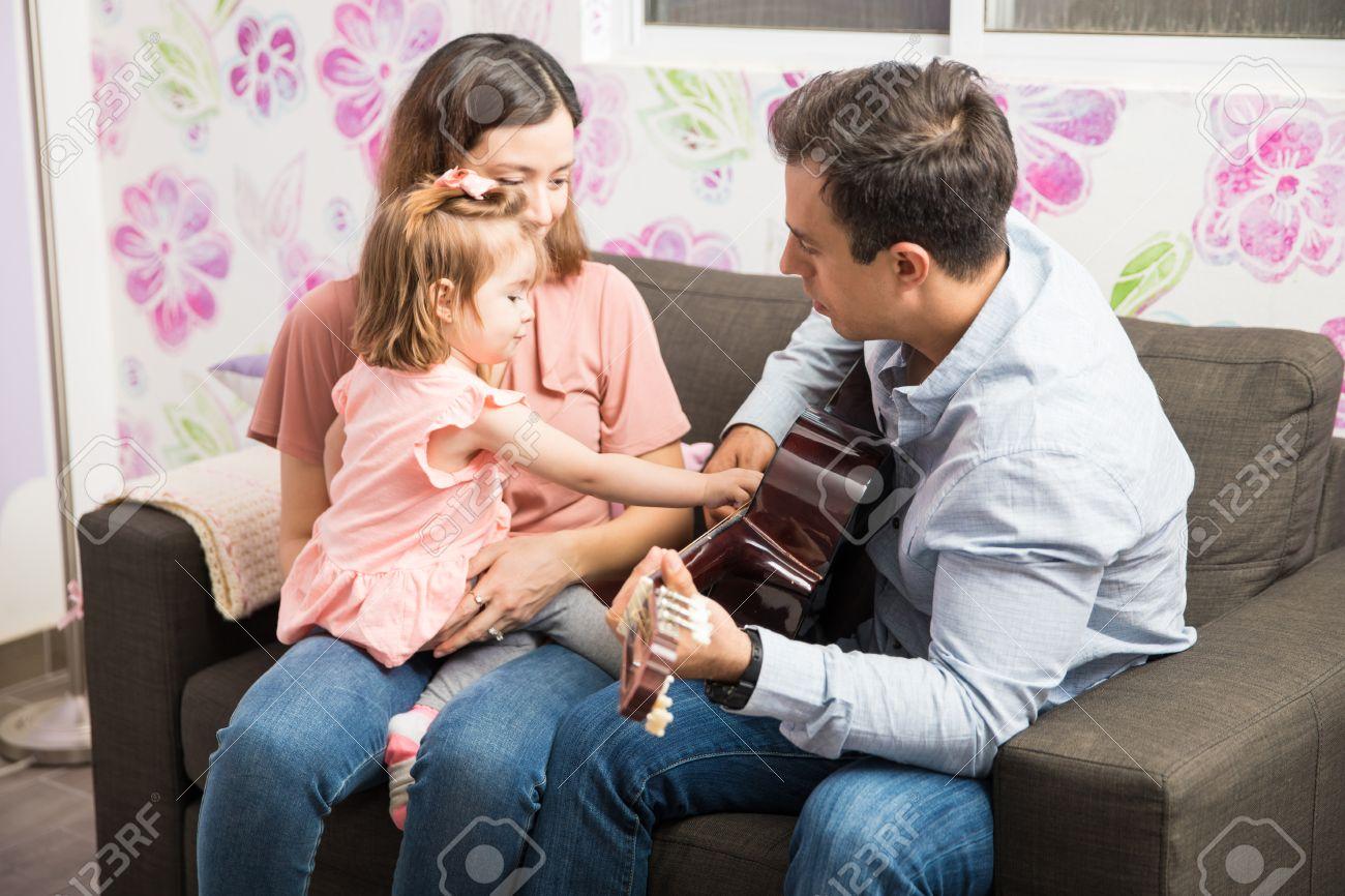 Süßes Kleines Mädchen, Das Spezielle Momente Mit Ihren Eltern Teilt ...