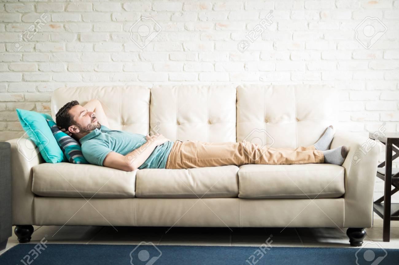 Junge Erwachsene Mann In Einem Lässigen Outfit Liegend In Einem