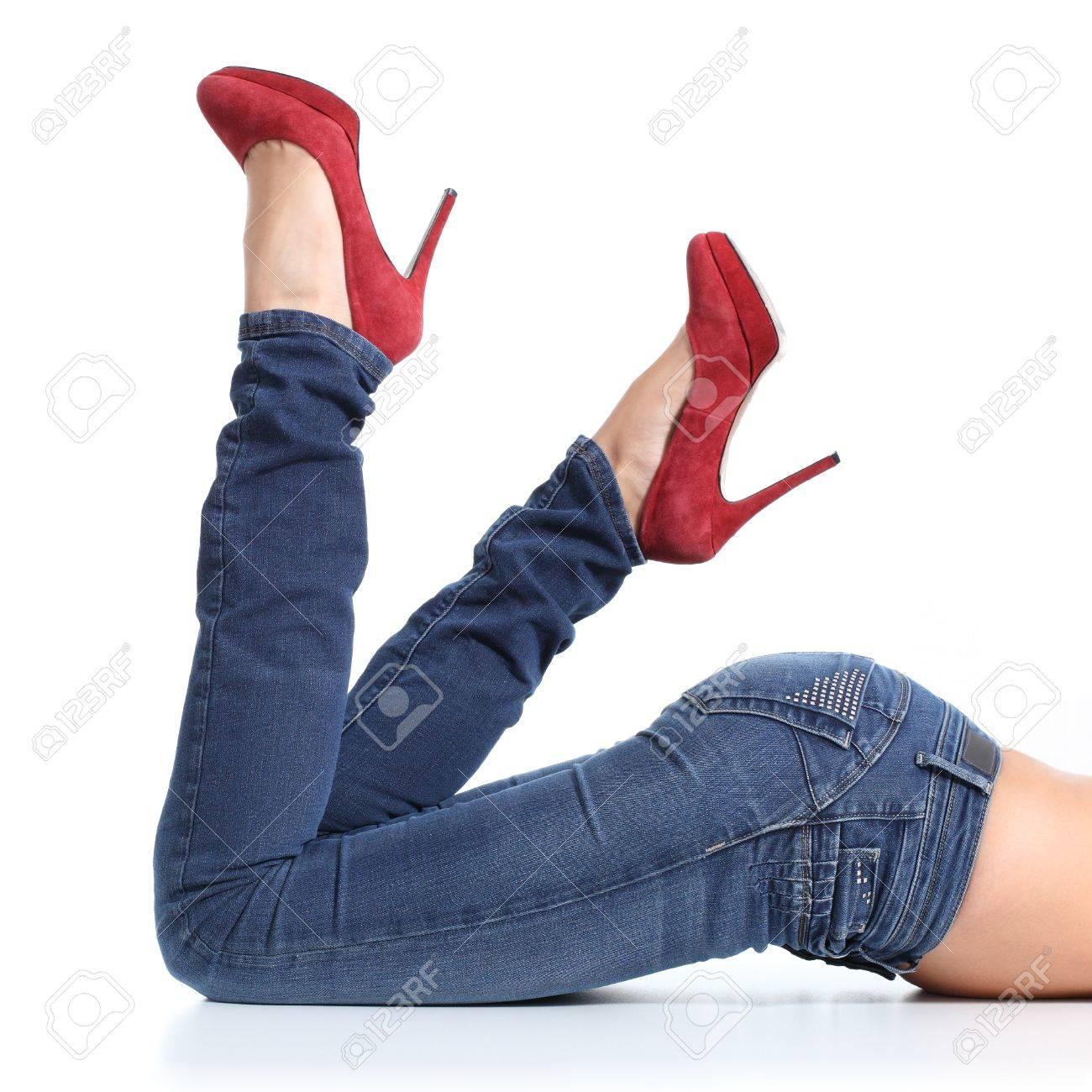 4f562499f4 Close up de una hermosa mujer de piernas con pantalones vaqueros y zapatos  de tacón rojos
