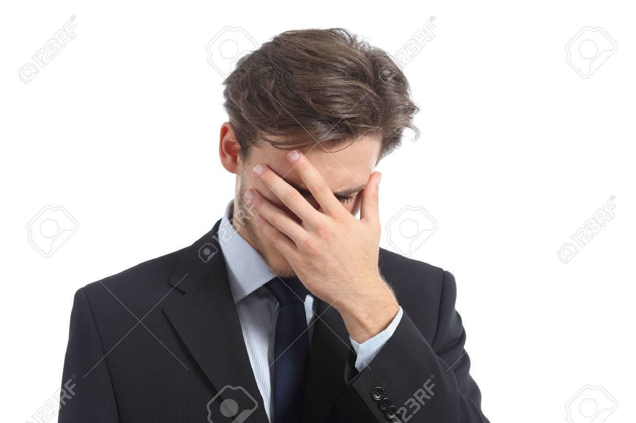 e112bf5ab926 Foto de archivo - Hombre preocupante o vergüenza que cubre su cara con la mano  aislado en un fondo blanco