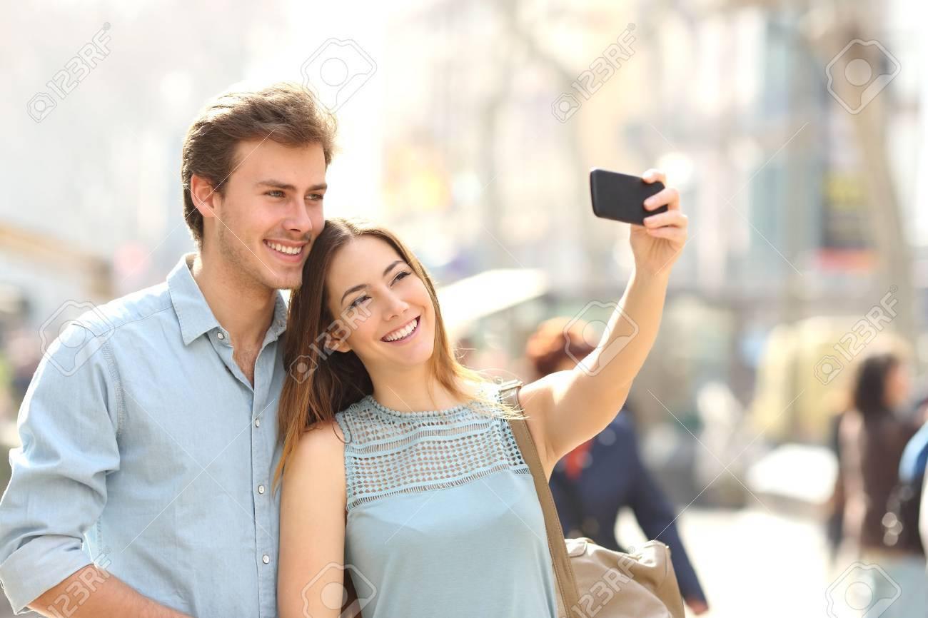 Famoso Coppie Felici Di Turisti Fotografare Un Selfie In Una Via Della  GG36