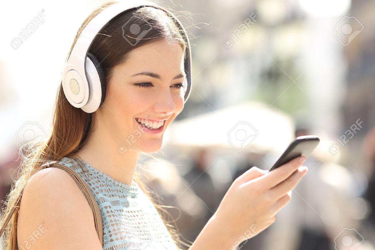 Femme écoutant De La Musique Avec Un Casque Sans Fil à Partir Dun