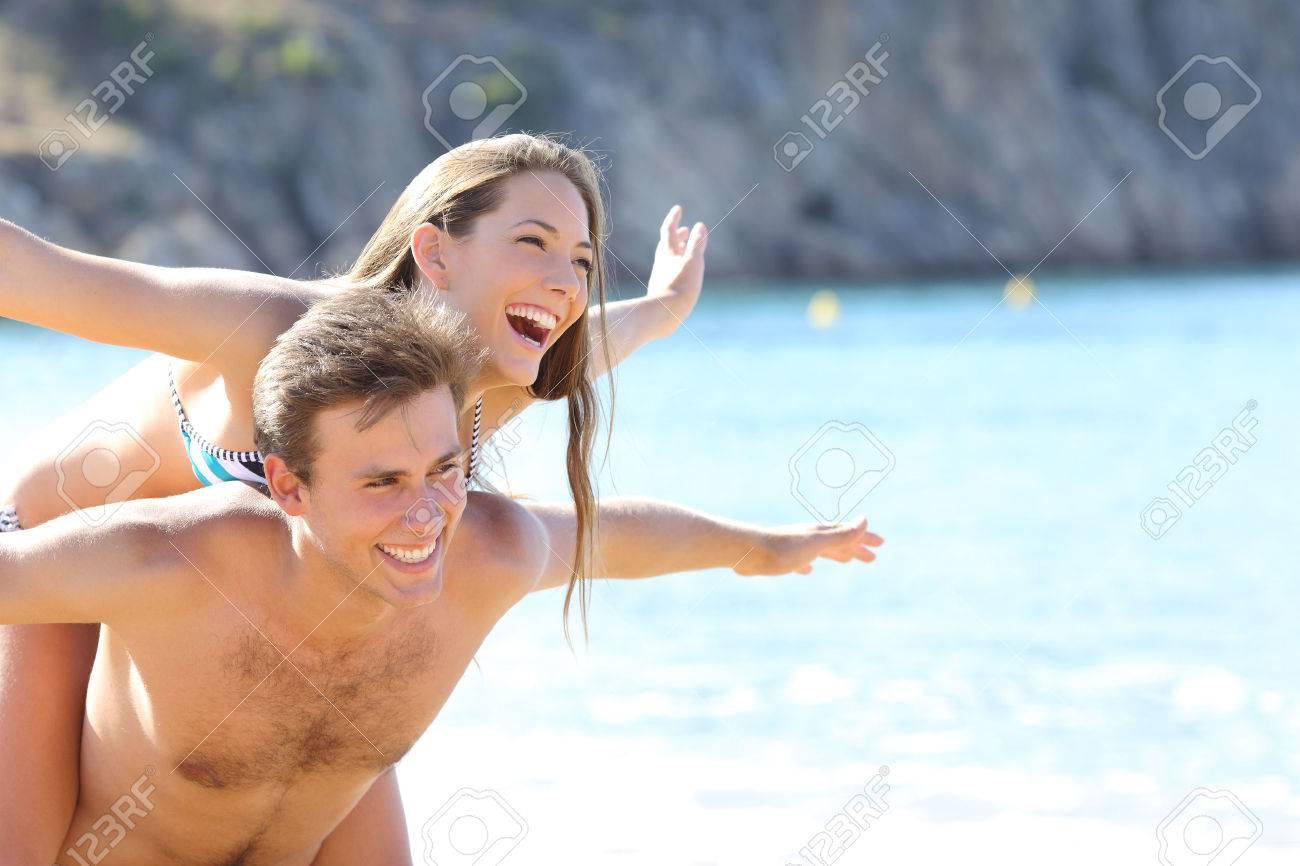Romantica Pareja Feliz Jugando En La Playa En Las Vacaciones De
