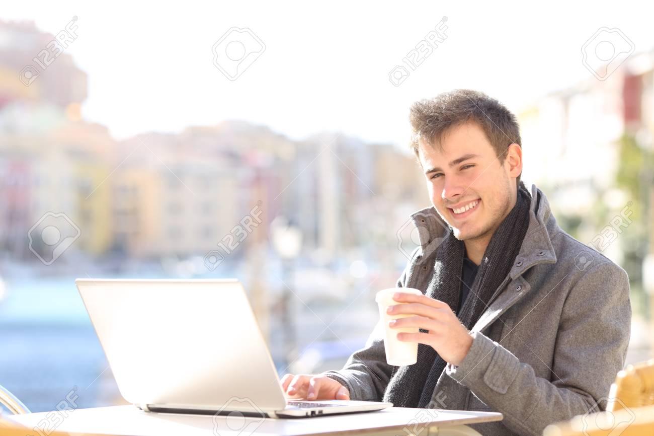 Bel Homme Et Elegant En Utilisant Un Ordinateur Portable Et