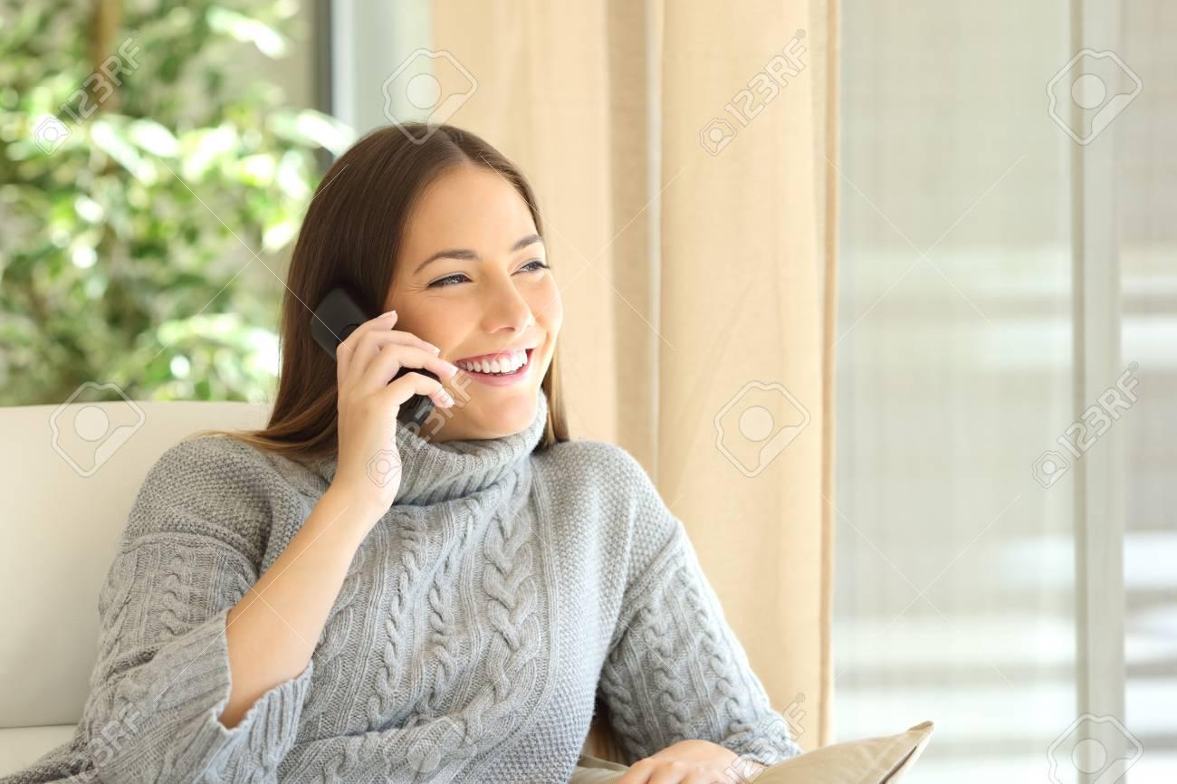 969d803071 Archivio Fotografico - La donna che parla su una linea fissa telefona la  seduta su un sofà nel salone a casa