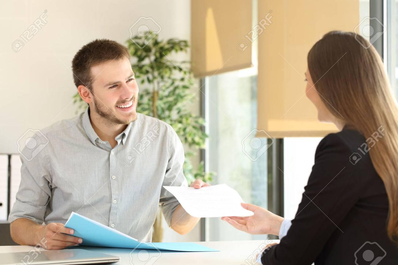 Man Gibt Einen Lebenslauf An Den Interviewer In Einem ...