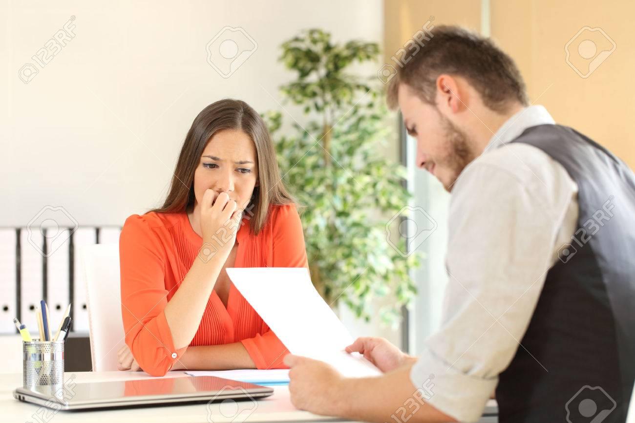 Nervöse Frau An Manager Sucht Ihren Lebenslauf Bei Einem ...