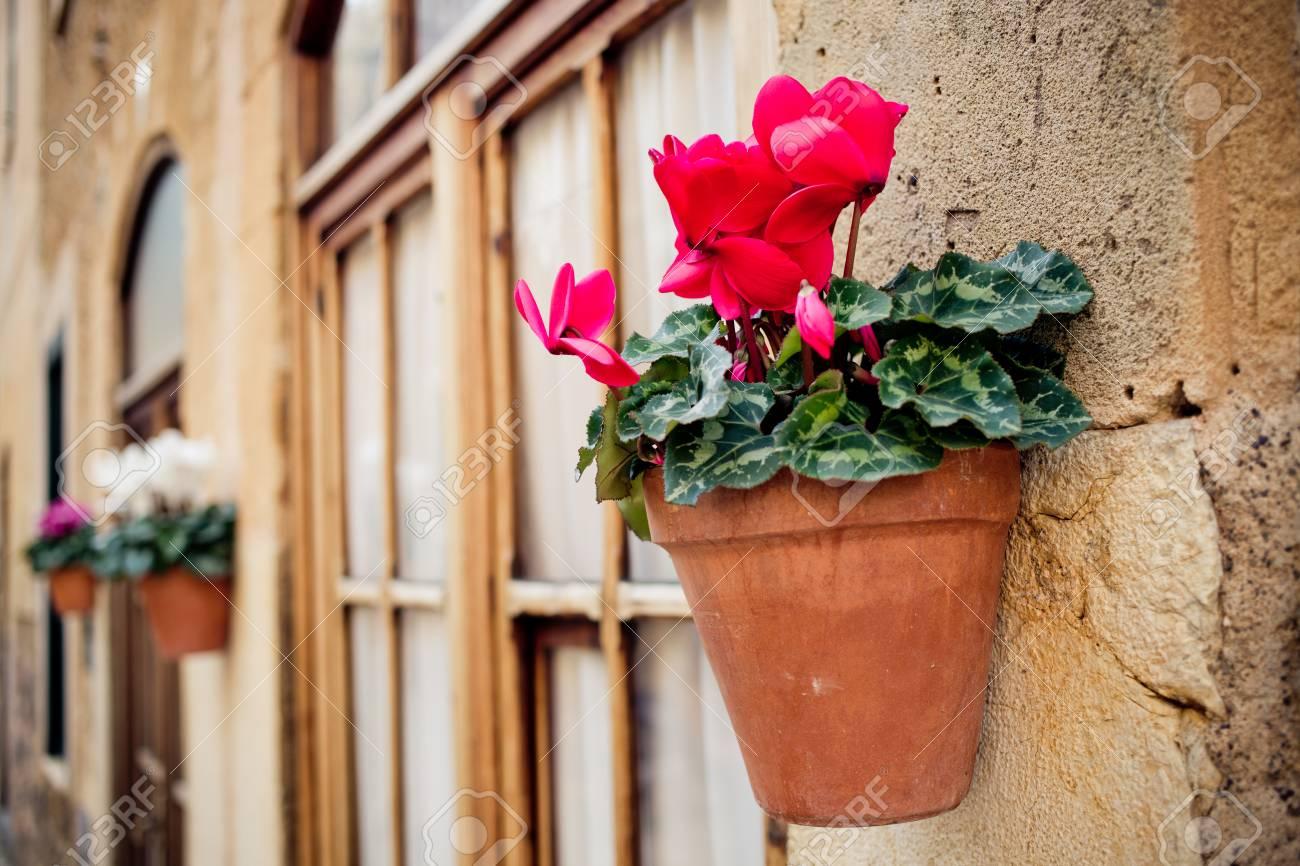 Schönen Mediterranen Dekoration Auf Den Kleinen Straßen Im Historischen  Dorf Deia Auf Mallorca Standard Bild