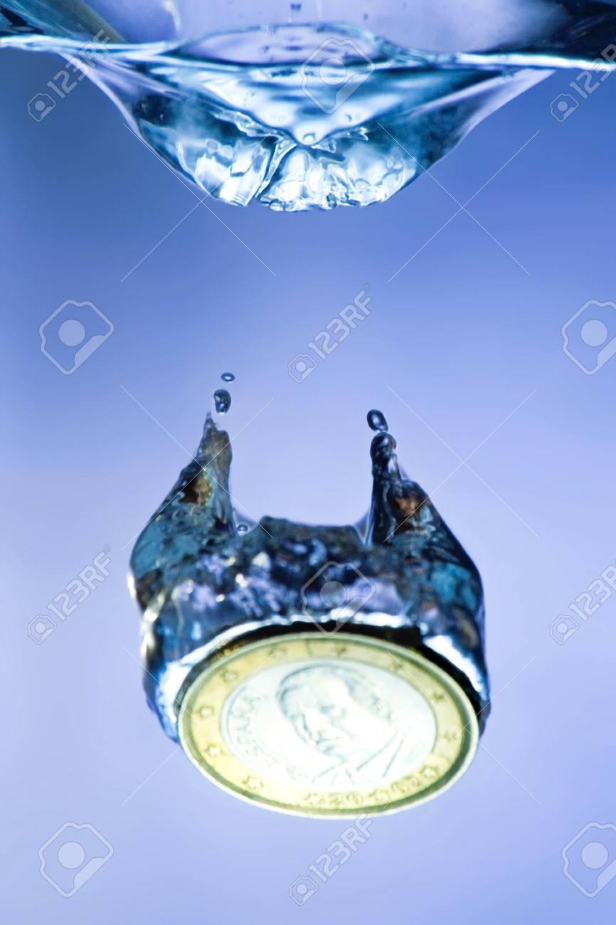 Ein Euro Münze Auf Kühlen Wasser Spritzen Lizenzfreie Fotos Bilder