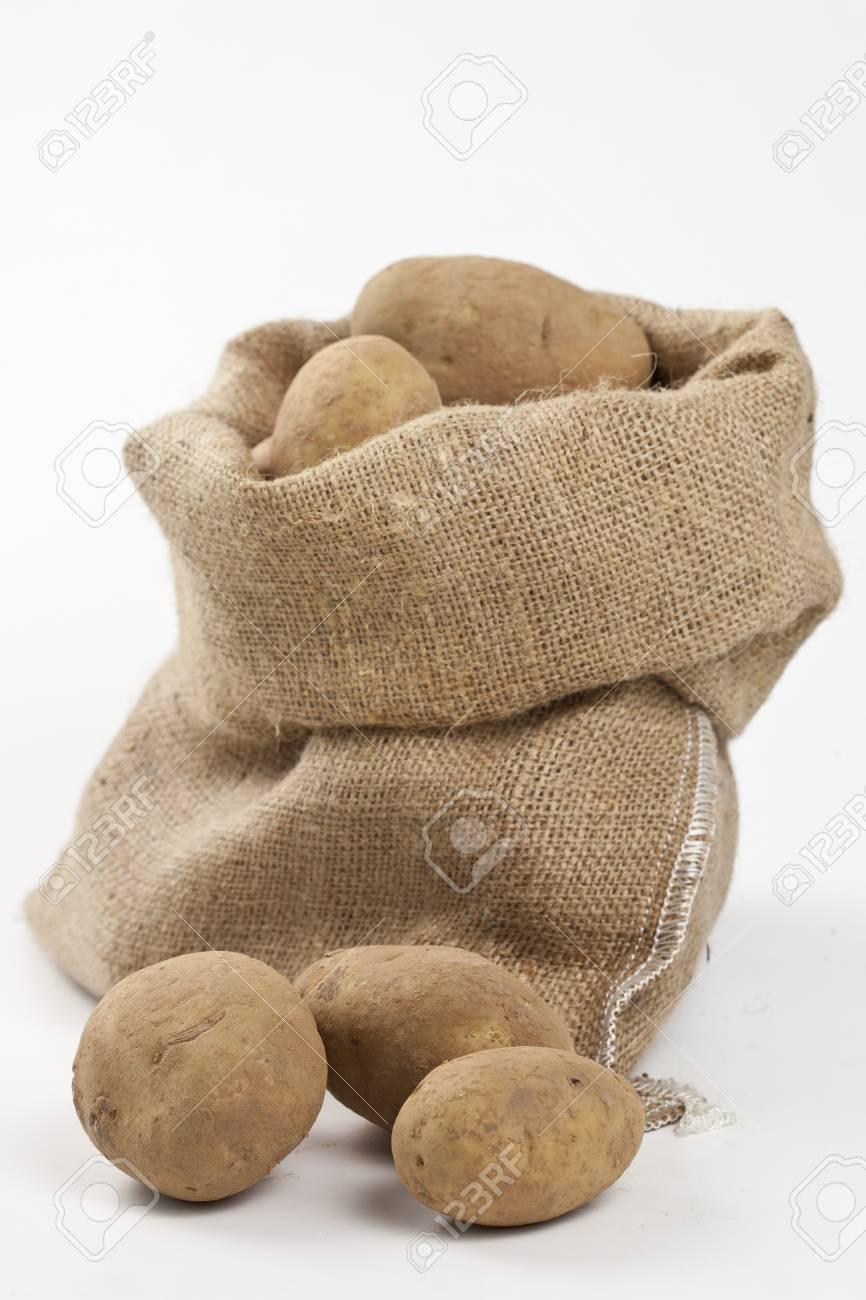 Sac À Patates Toile De Jute pommes de terre crues dans un sac en toile de jute isolé sur fond blanc