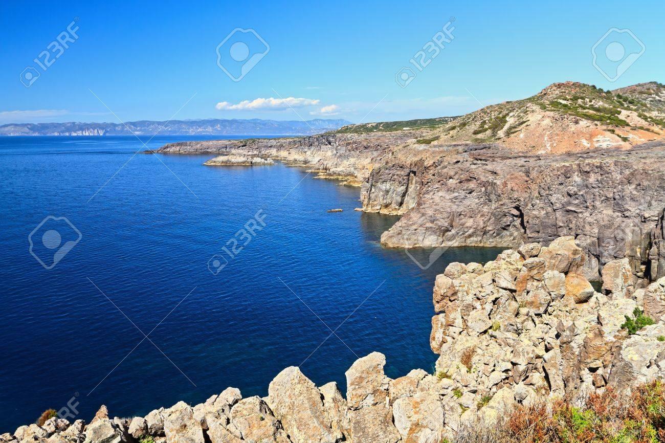 Acantilado en la isla de san pietro carloforte cerdea italia acantilado en la isla de san pietro carloforte cerdea italia foto de archivo sciox Gallery