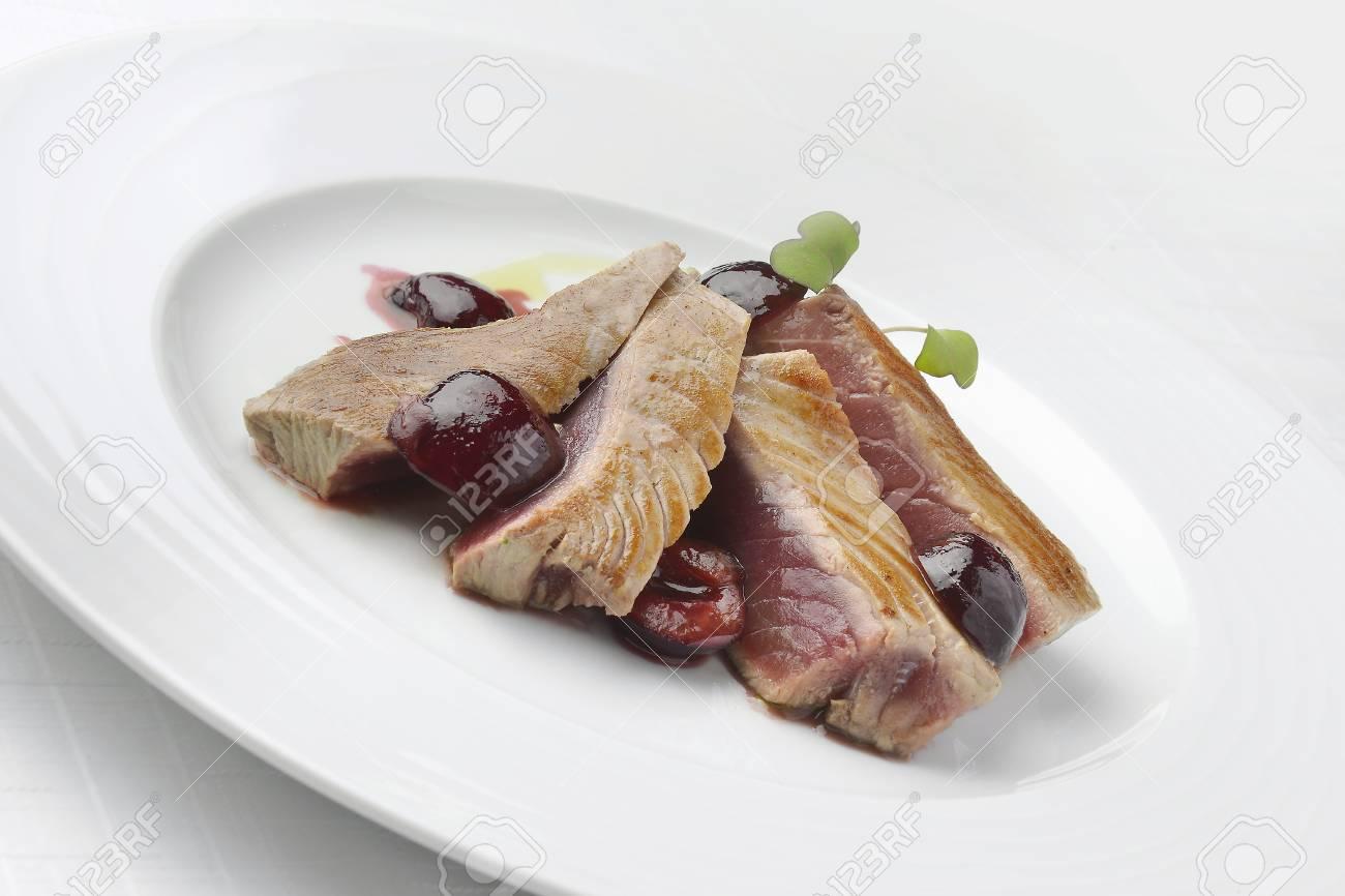 Immagini Stock Pesce Piatto Filetto Di Tonno Con Ciliegie In Porto