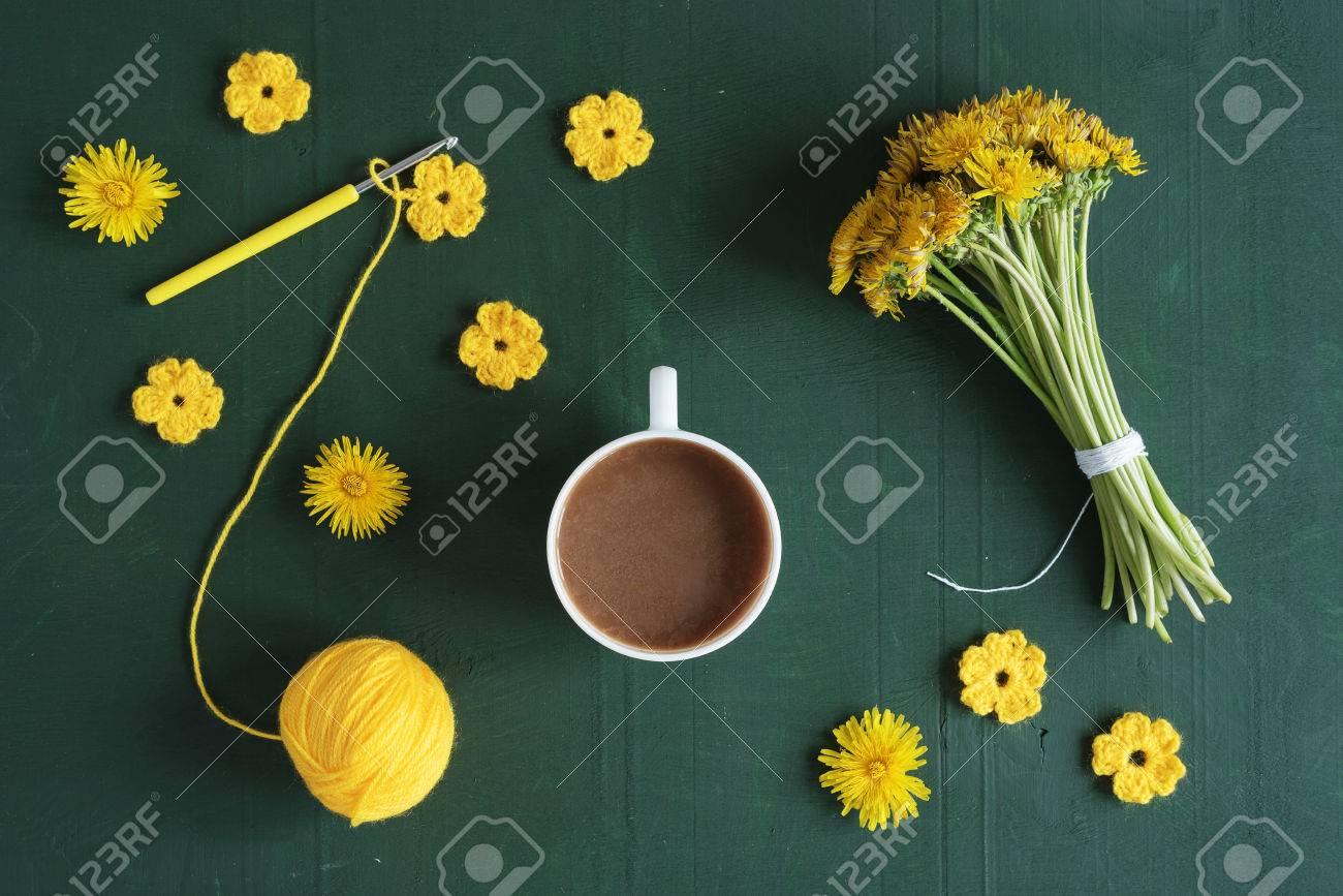 Mazzo Di Fiori Uncinetto.Coffee Bunch Of Dandelions And Crocheted Flowers Stock Photo