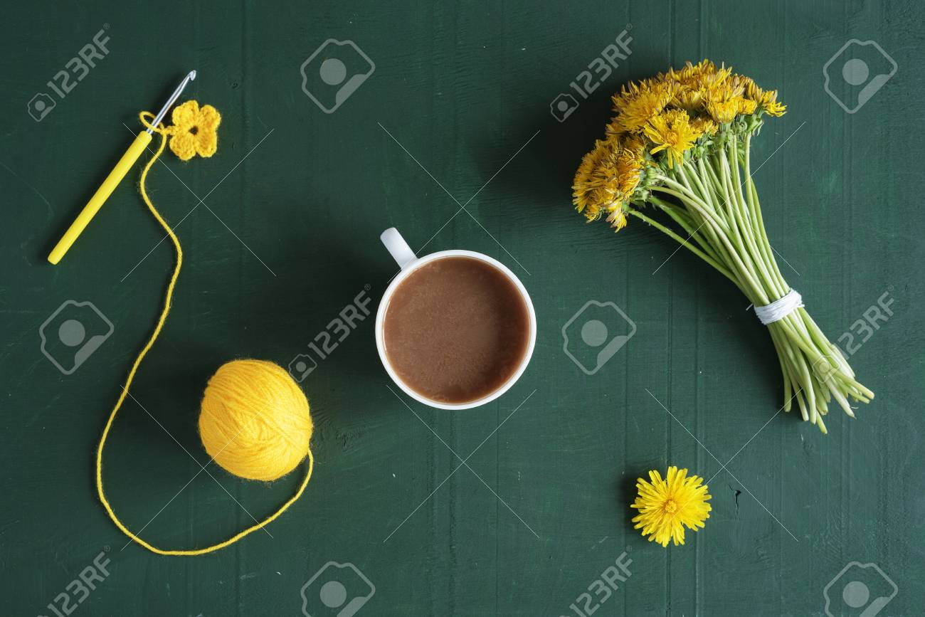 Mazzo Di Fiori Uncinetto.Bunch Of Dandelions Crocheted Flowers And A Cup Of Coffee On