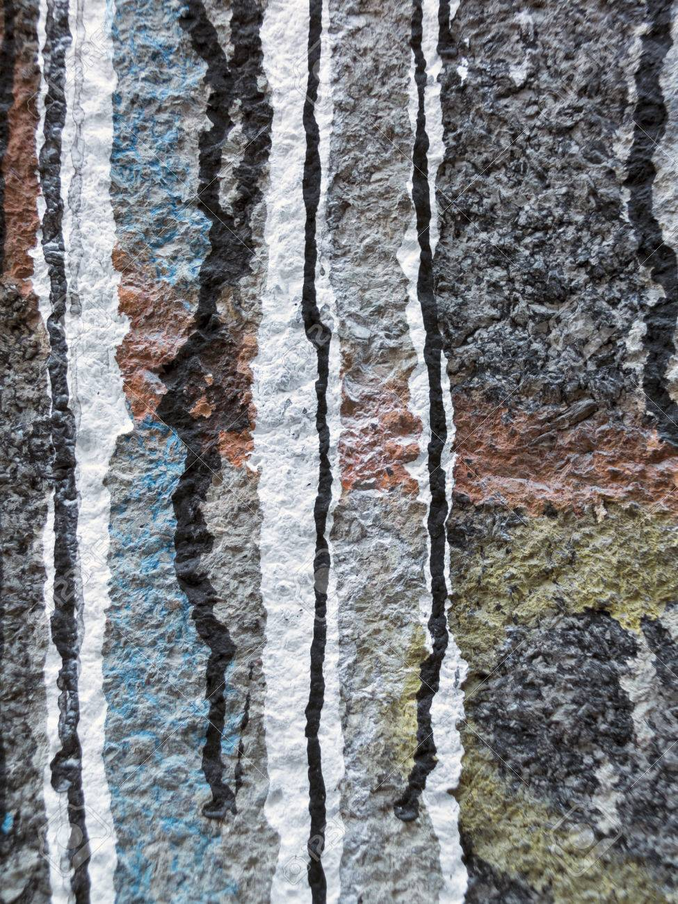 Versé Ruisselant Blanc Noir Rouge Orange Jaune Et Bleu Peinture Sur Un Mur Gris Abstrait Art Blanc