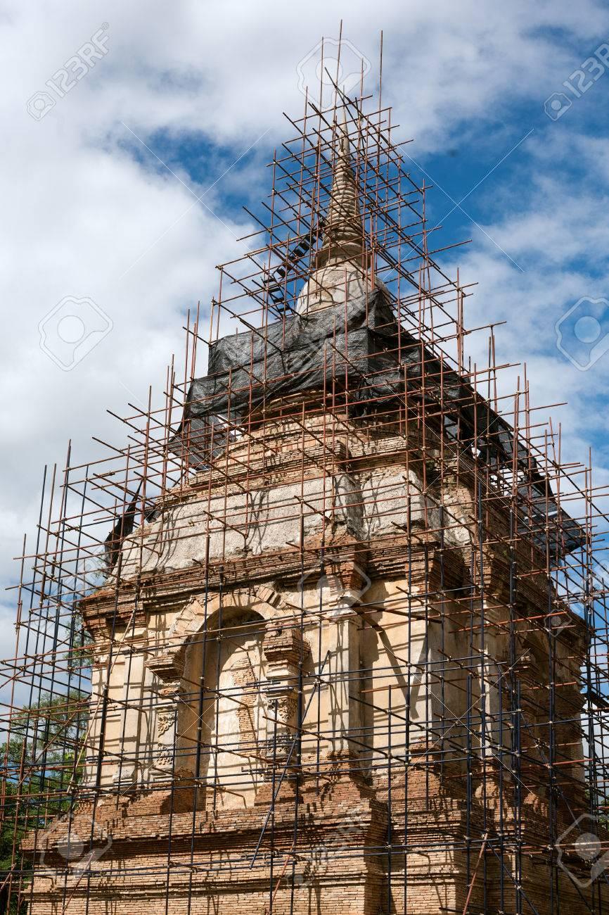 holzgerüst für pagode bau lizenzfreie fotos, bilder und stock