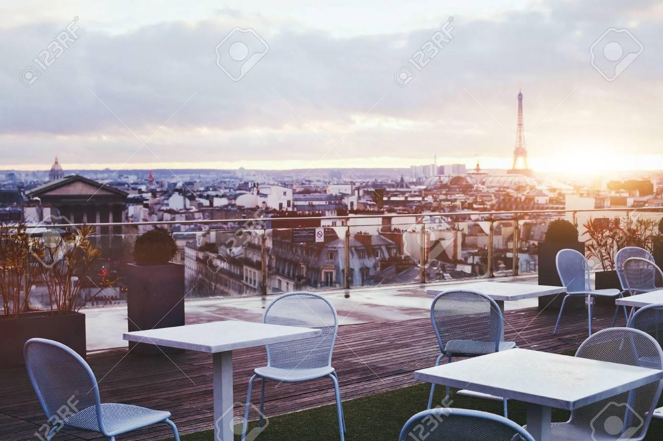 Délicieux Restaurant Avec Vue Sur La Tour Eiffel #13: Terrasse Ensoleillée De Restaurant à Paris Avec Vue Panoramique Sur La Tour  Eiffel, France Banque