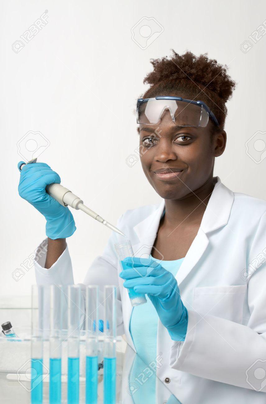 Banque d images - Scientifique ou étudiant diplômé afro-américain en blouse et  lunettes de protection fonctionne avec l échantillon liquide d32533b134a9
