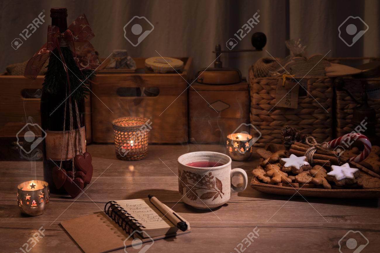Cucina di Natale con vin brulè e biscotti sul tavolo