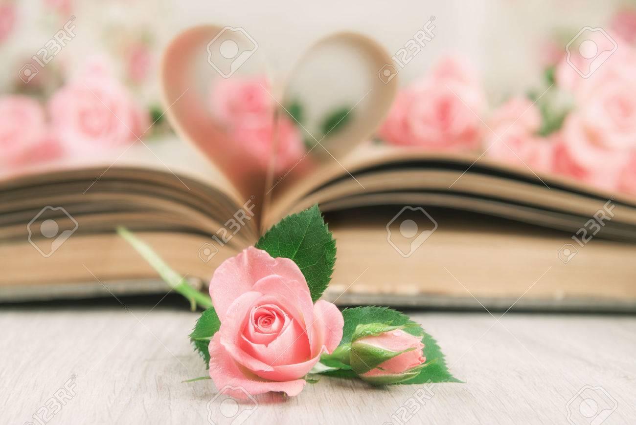 Páginas De Un Viejo Libro Curvada En Forma De Corazón Y Pequeñas ...