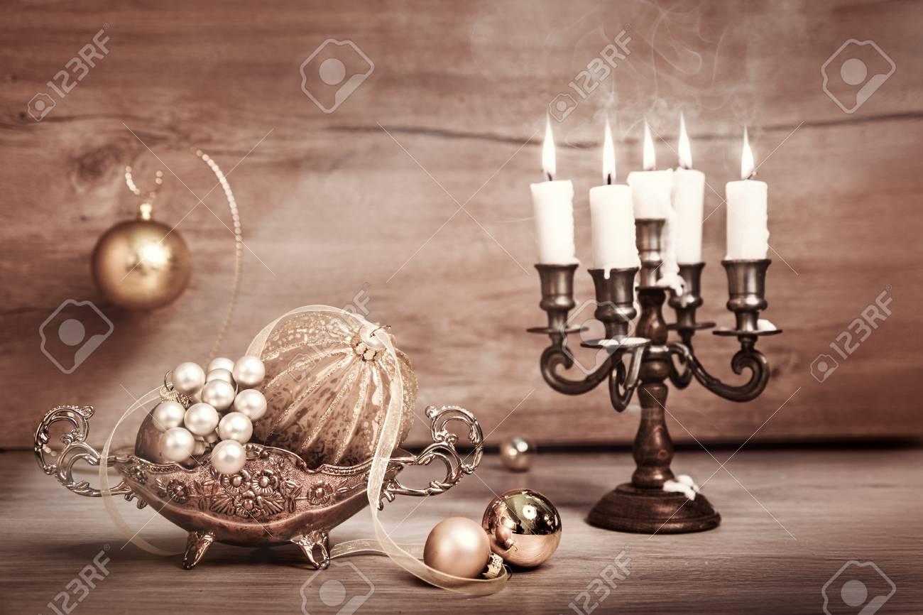 Decorazioni In Legno Natalizie : Immagini stock decorazioni natalizie d epoca e candele su legno