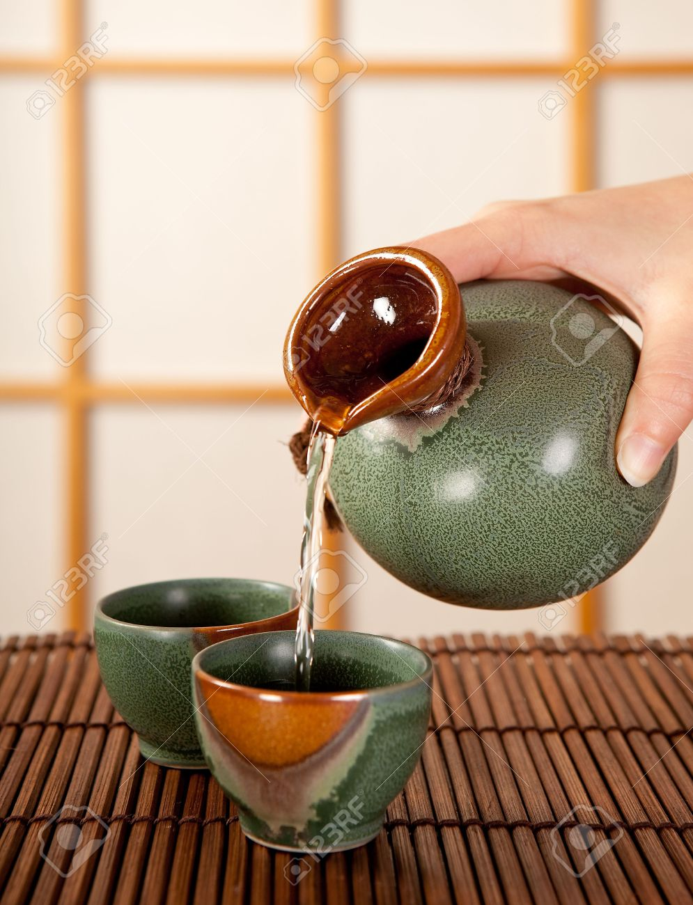 Hand souci de verser dans une chambre traditionnelle japonaise ...