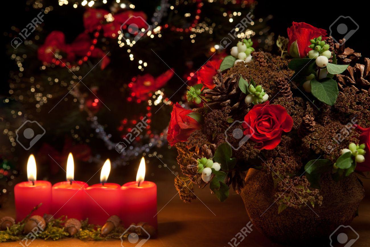 velas de navidad arreglos florales y rboles borrosa de navidad foto de archivo