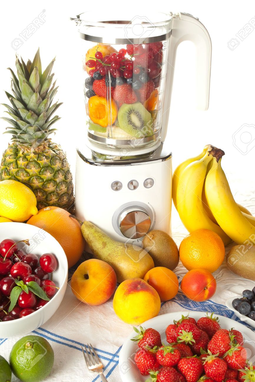 abundancia de frutas en una batidora para hacer batidos foto de archivo