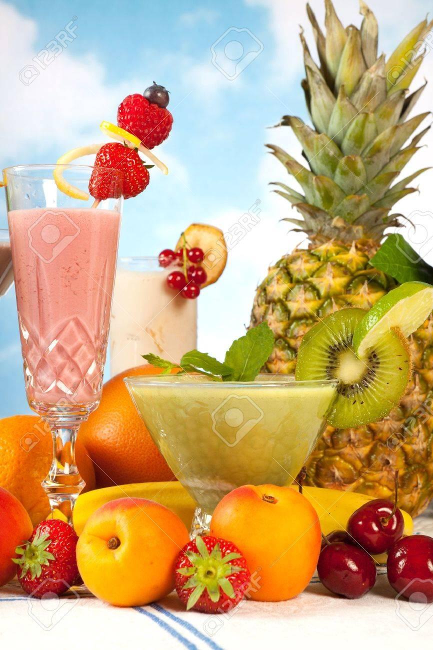 grupo de mesa con frutas de verano y batidos de colores foto de archivo