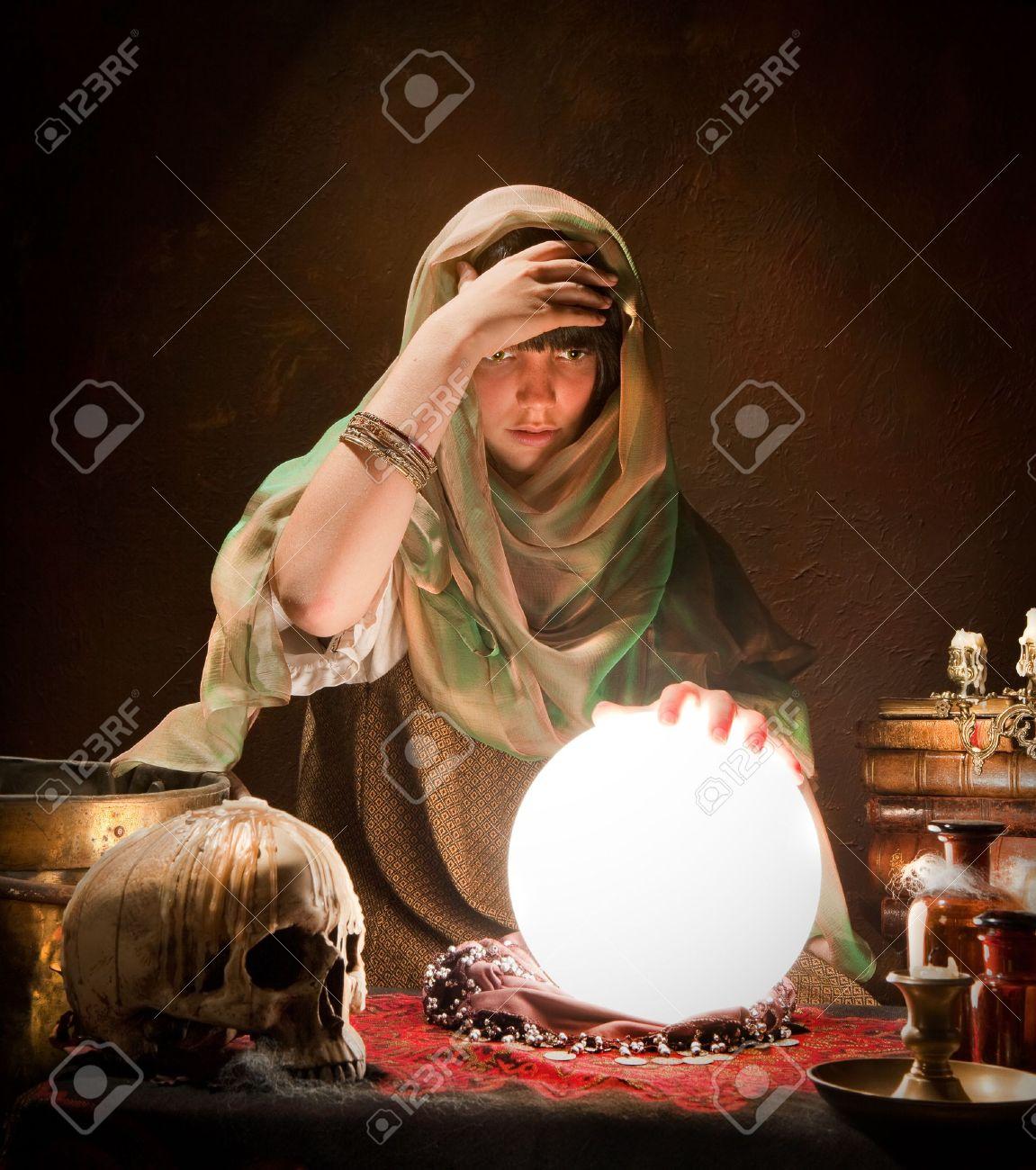 若い占いジプシーの照明水晶玉 ...