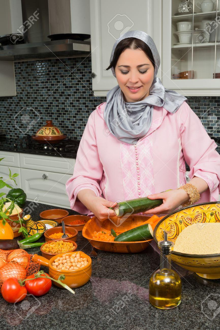 Femme marocaine immigrée en europe présentant son plat à tajine ...