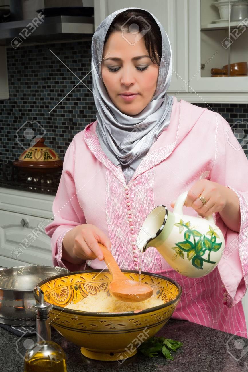 Femme immigrante marocaine dans la cuisine européenne moderne ...