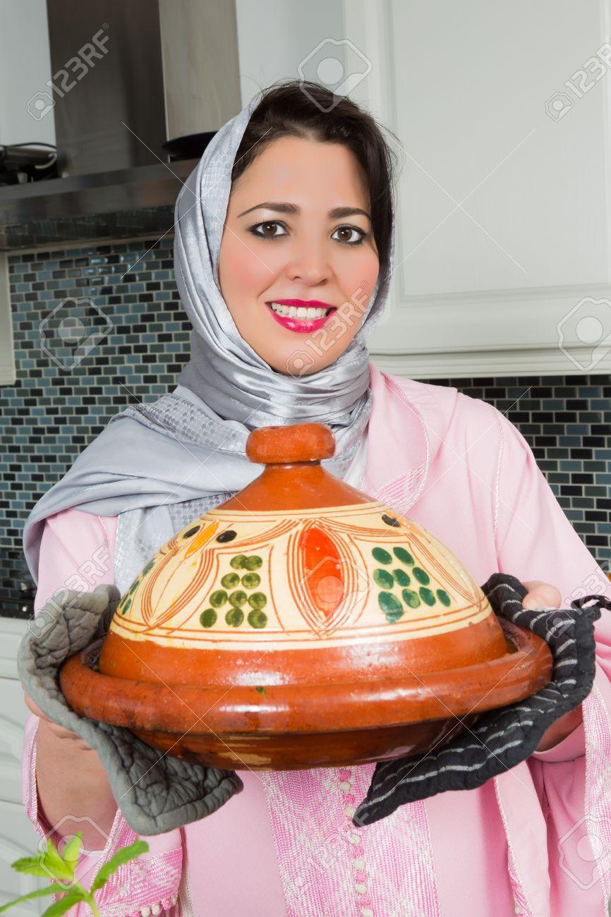 Bonne femme immigrée marocaine en europe présentant son plat de ...