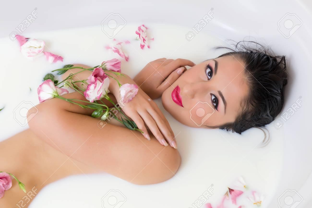 comment avoir pas cher vente chaude Elégante jeune femme de détente dans un bain de lait avec des fleurs