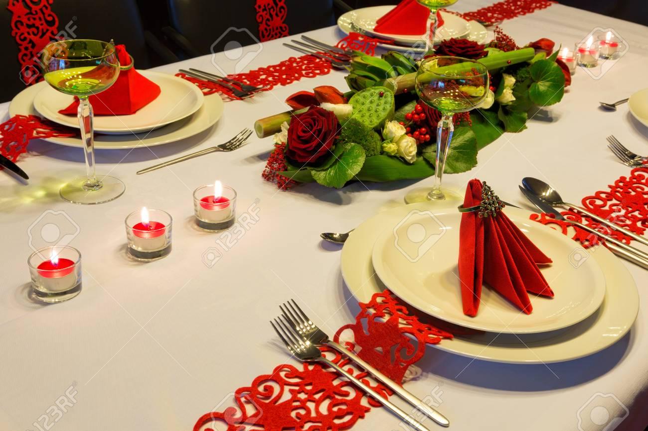Mesa De Navidad Contemporánea Con Arreglo Floral Moderno Y Servilletas Dobladas Rojas