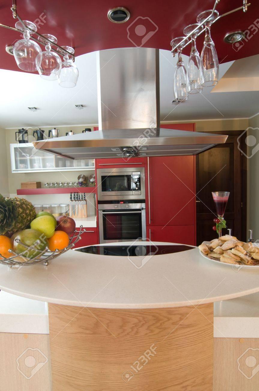 Red Moderne Küche. Interiors. Schrank. Tabelle Oben. Lizenzfreie ...