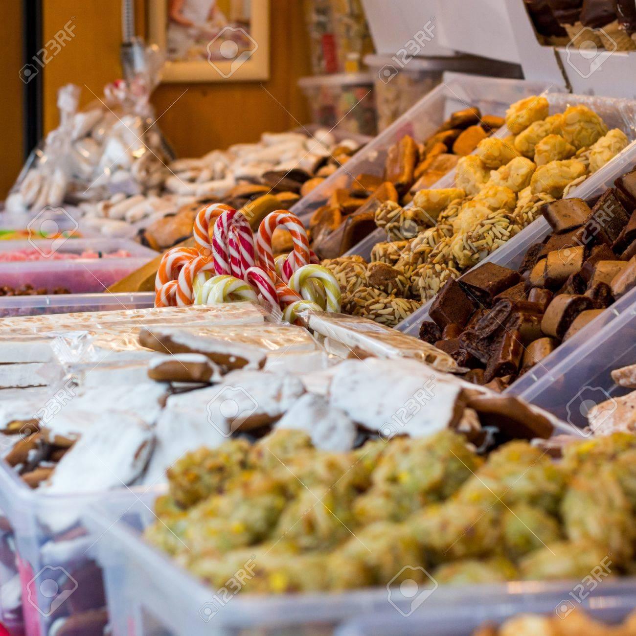 Weihnachtsmarkt Mit Leckeren Süßigkeiten. Kiosk Verkaufen Geschenke ...
