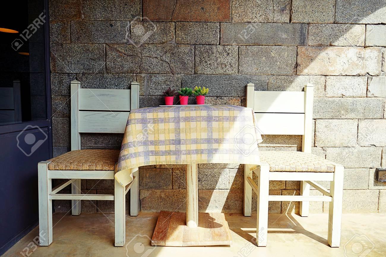 Legno Bianco Vintage : Tavolo in legno bianco e sedie in legno bianco con sfondo vintage