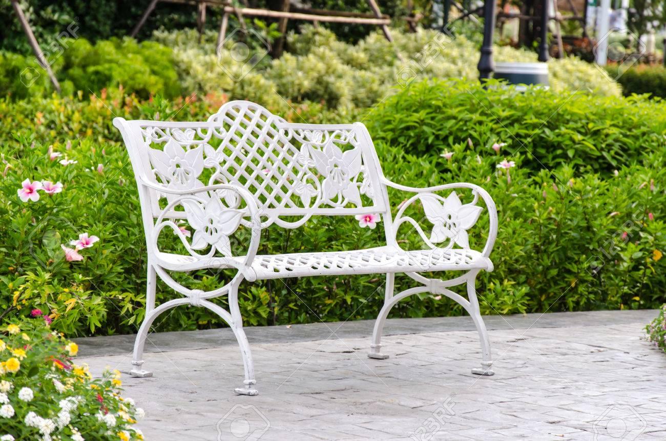Weisses Eisen Stuhl Im Garten Mit Baumen Lizenzfreie Fotos Bilder