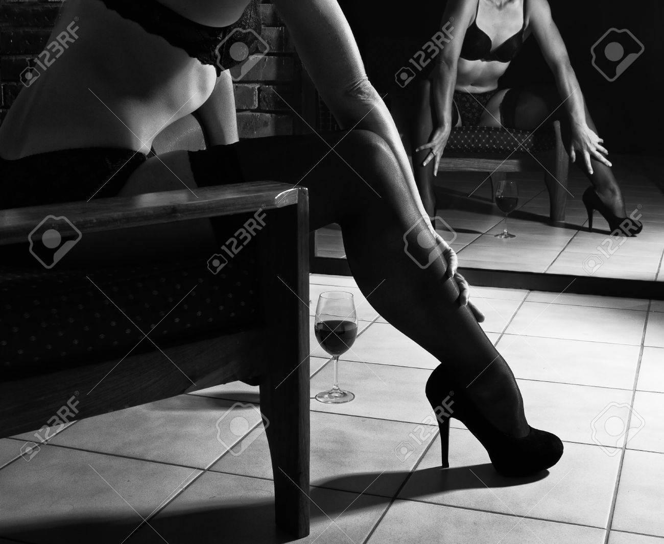 La Mujer Se Sienta En Una Silla En Ropa Interior Artística En Blanco