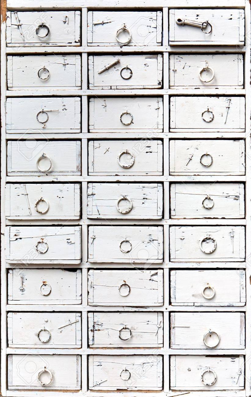 Bezaubernd Kommode Weiß Holz Referenz Von Eine Alte, Antike Kommode, Weiß Lackiert Standard-bild