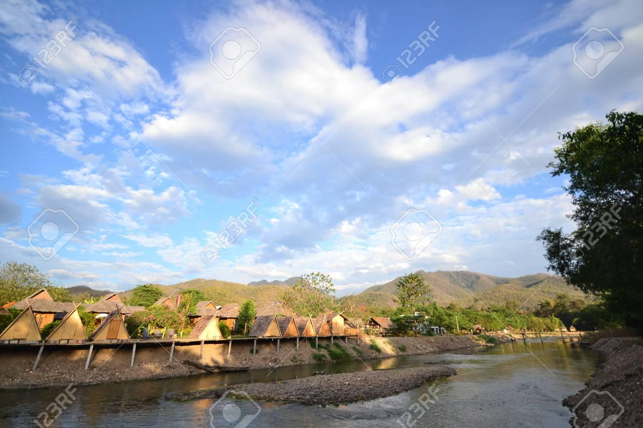Casa En El Campo Y El Paisaje De Montaña Con El Cielo Azul. Fotos ...