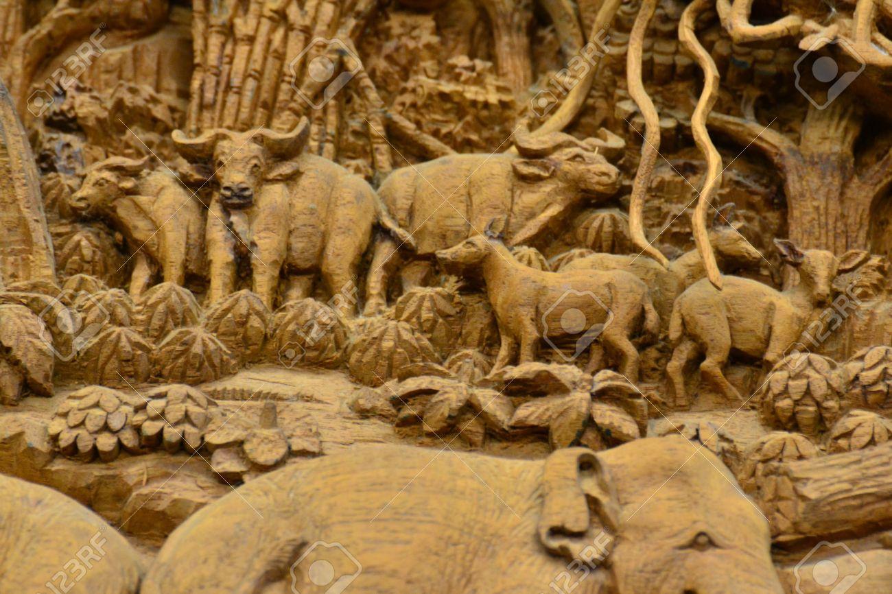 Tranh Gỗ Đồng Quê Việt Nam, Thái Lan Và Nhiều Loại Khác 18223786-un-mural-de-madera-antigua-tallado-en-el-templo-tailand%C3%A9s-