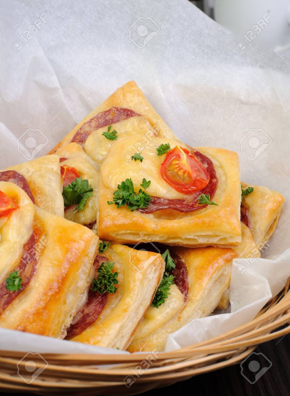 apéritif de pâte feuilletée avec salami, fromage et tomates cerises