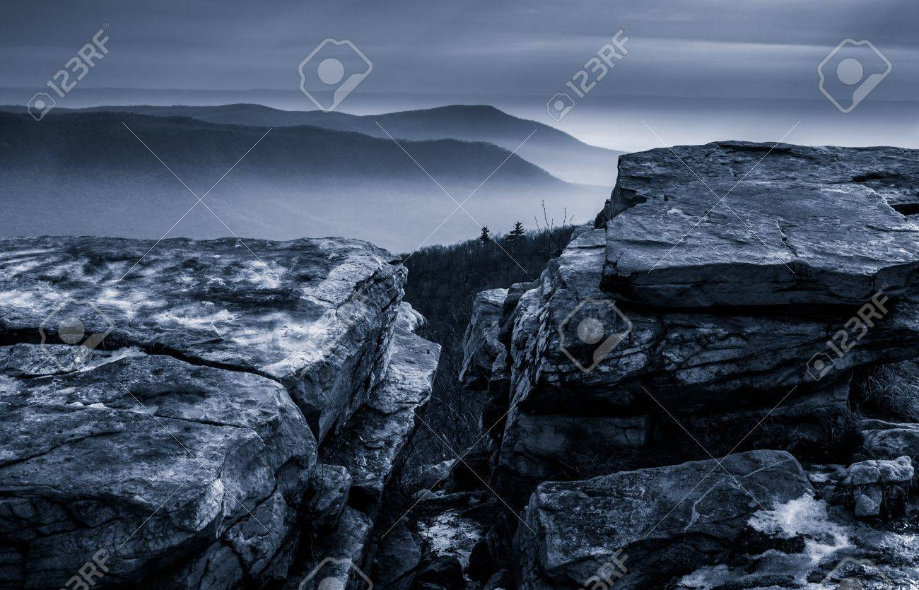Snow covered rocks and a foggy winter view from Tower Road on Tuscarora Mountain near McConnellsburg, Pennsylvania Stock Photo - 20575538